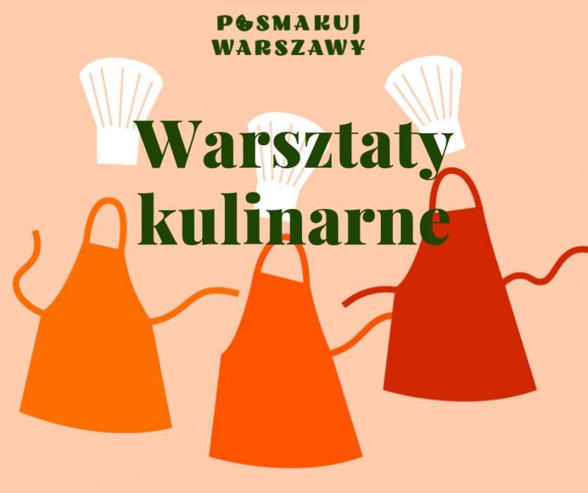 Na pomarańczowym tle trzy fartuchy w odcieniach pomarańczy. Nad nimi białe czapki kucharskie. Napis warsztaty kulinarne.