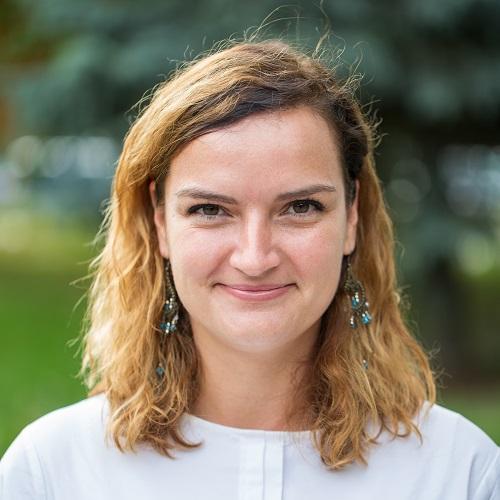 Ania Żórawska. W tle zieleń.