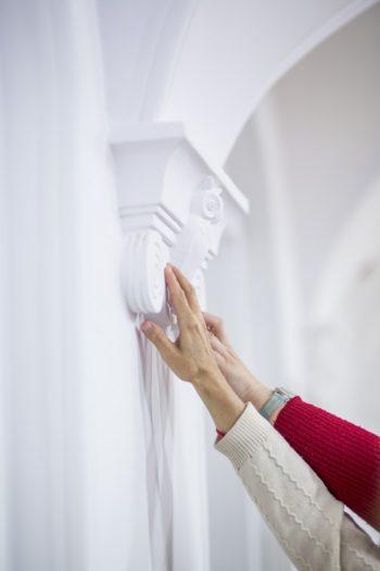 Dwie dłonie dotykają koumny.