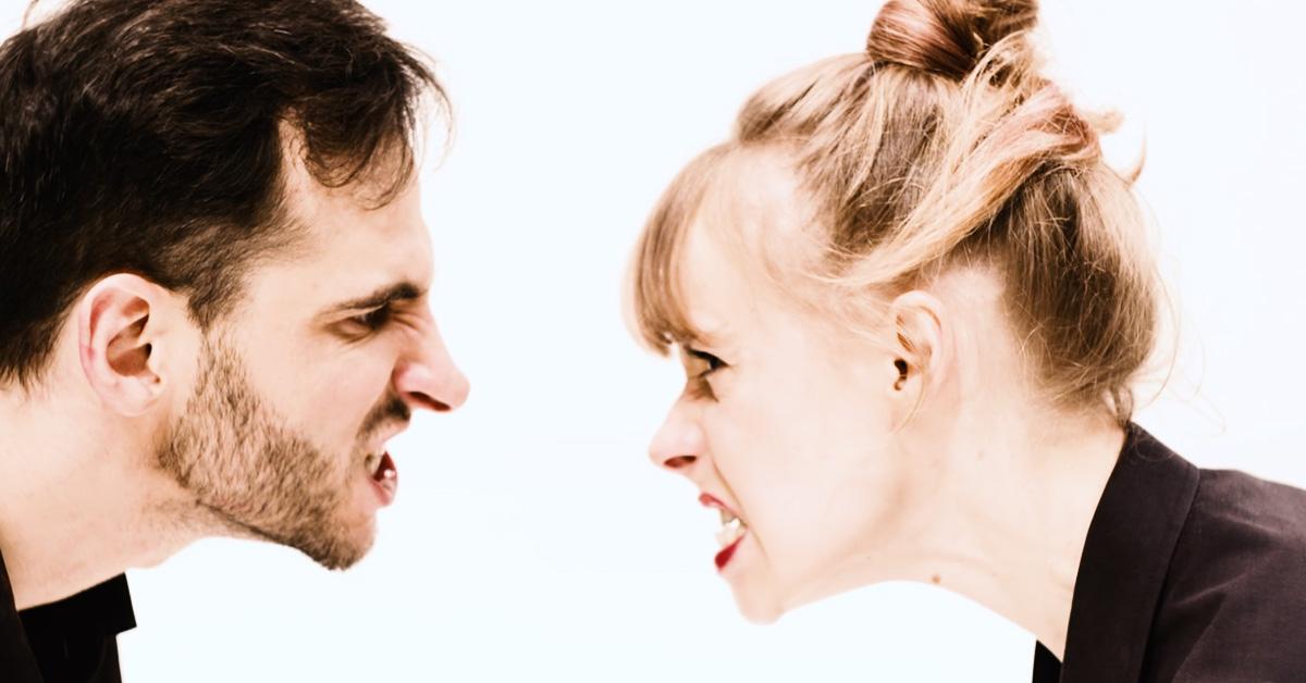 Grafika promująca spektakl. Naprzeciwko siebie mężczyzna i kobieta, mają wściekłe miny.